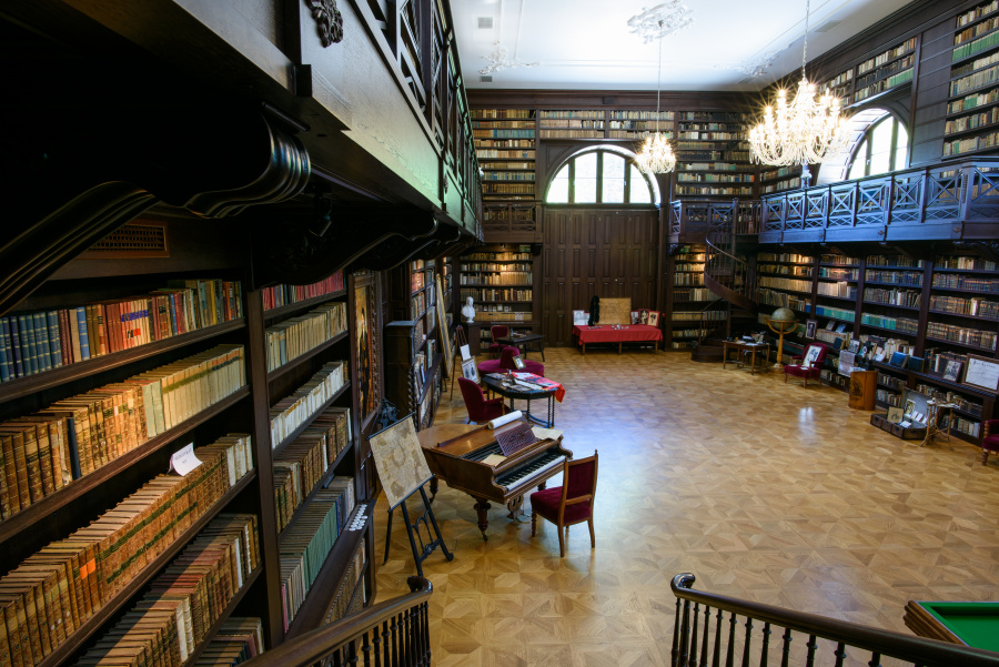 The Aponi Family Library, Oponice